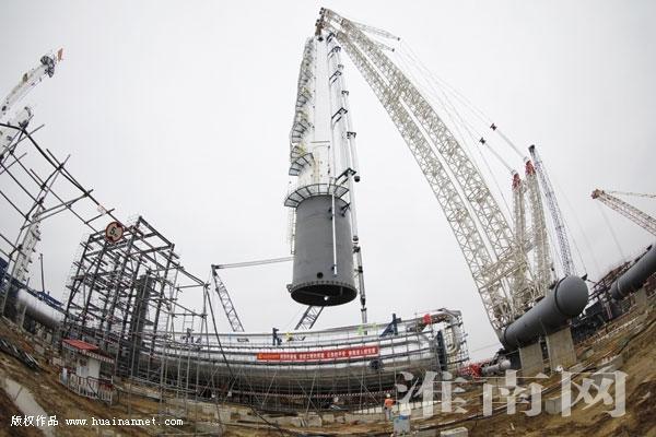 中安项目又一标志性塔器成功实现整体吊装